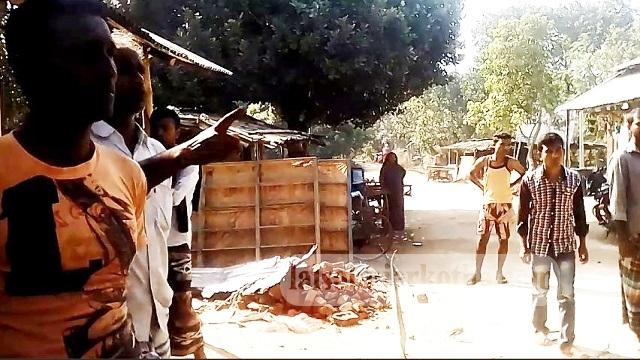 নওগাঁর মহাদেবপুরে ব্যাবসায়ীর দোকান ভাংচুর করেছে দূবৃর্ত্তরা
