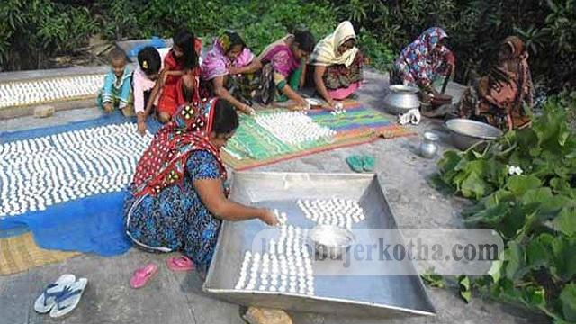 কেশবপুরে বড়ি তৈরির কাজে ব্যস্ত সময় পার করছে গৃহবধূদের পাশাপাশি মেয়েরা